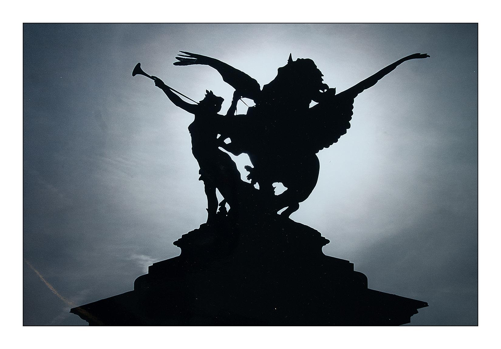 ange-statue-pont-alexandreIII-paris-contrejour