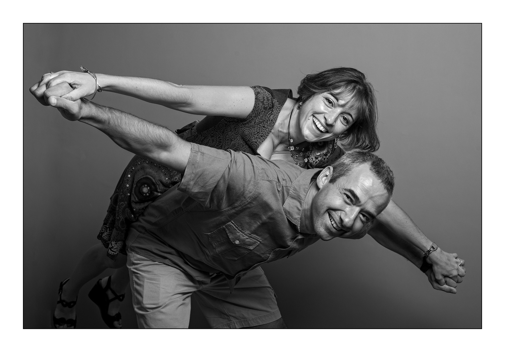 couple-seance-studio-photo-noir-blanc-sourire-fun-original
