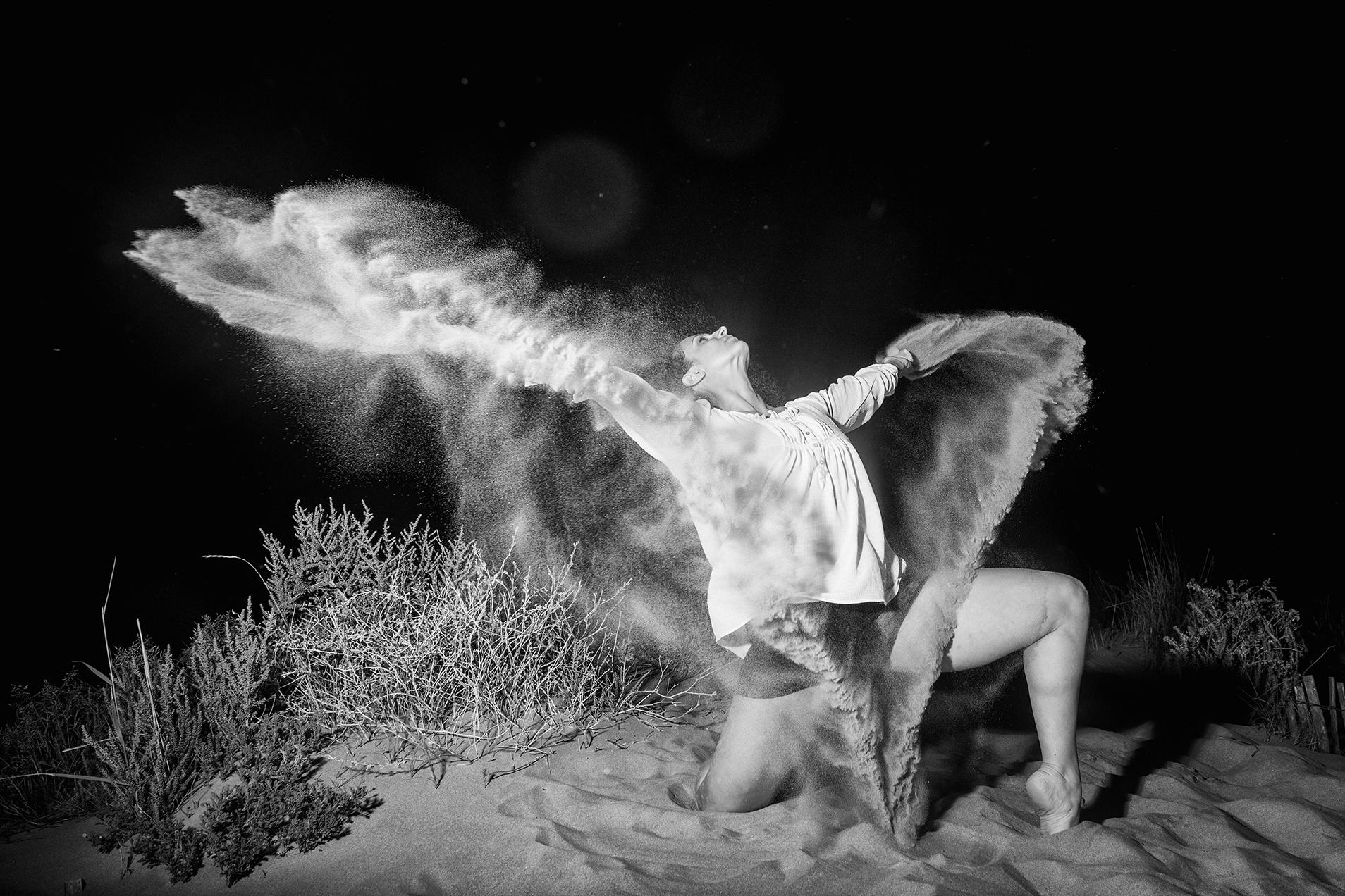 Danseuse en mouvement sur une plage à Montpellier