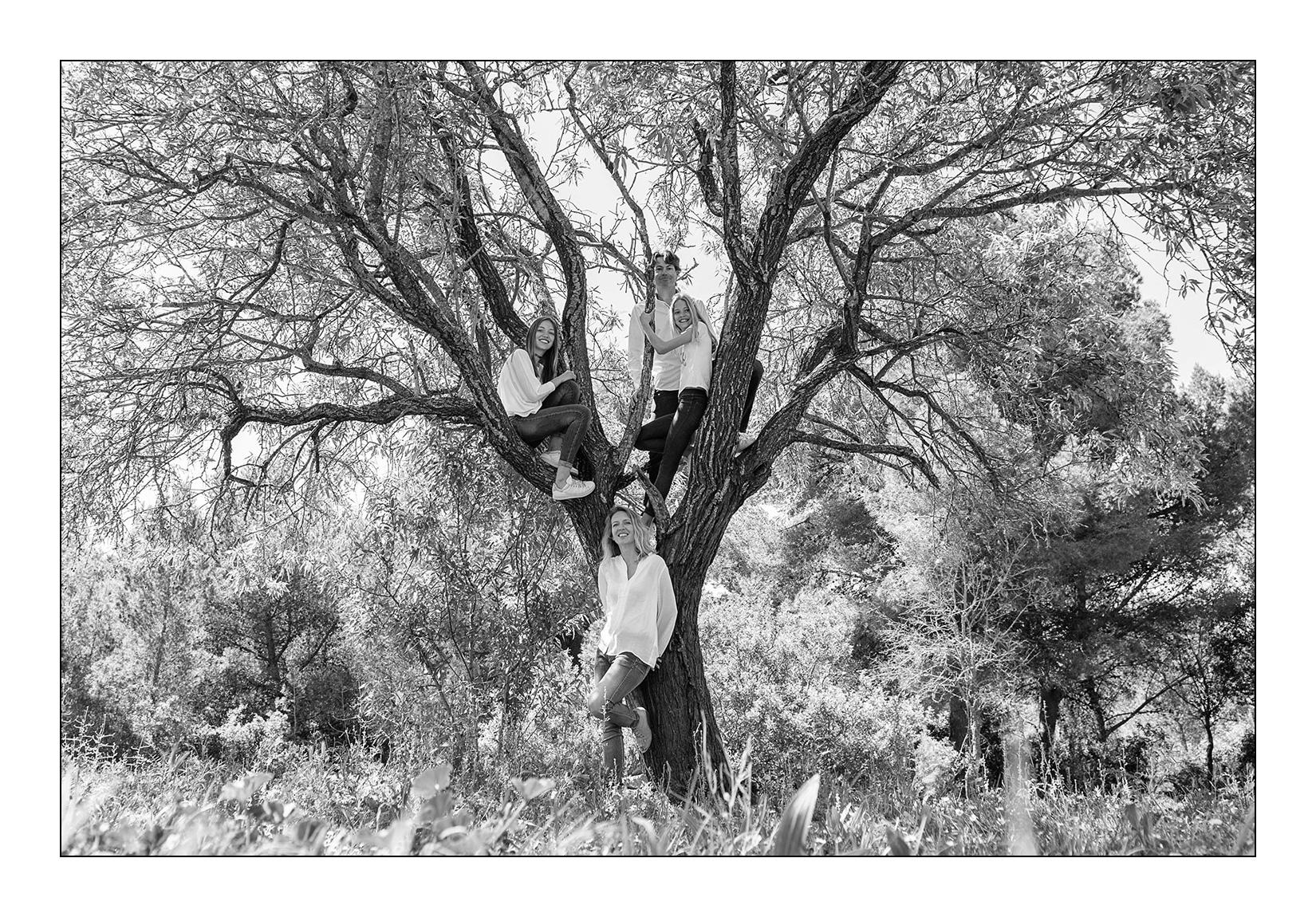 famille-arbre-nature-fille-parent-seance-photo-pleine-conscience-noir-blanc-aresquiers-bois