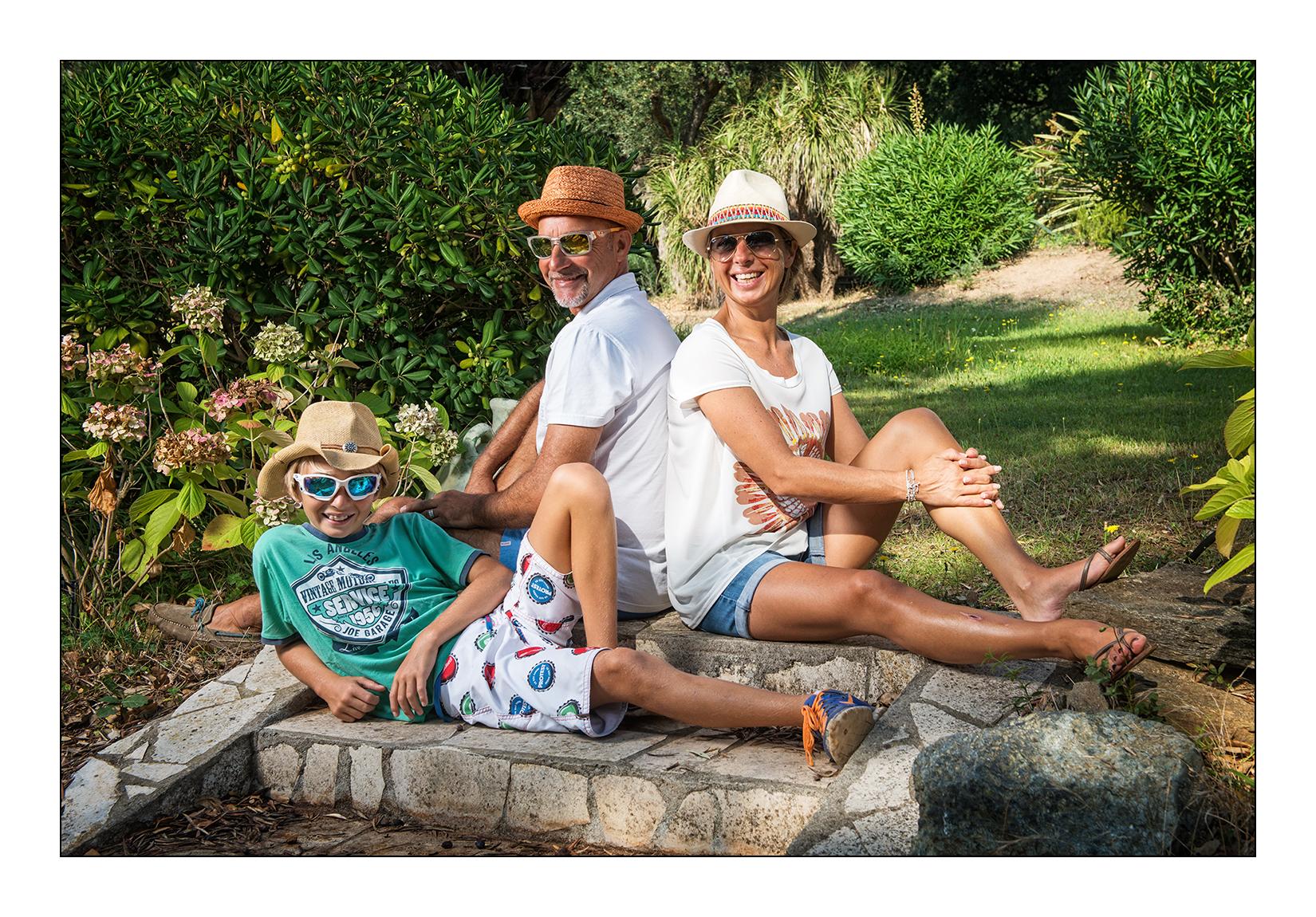 La famille pose avec le sourire dans un parc de Cavalaire sur mer