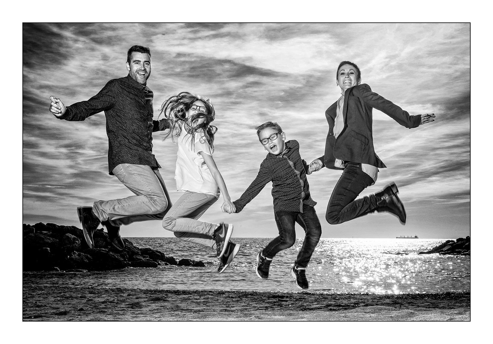 famille-jump-saut-plage-sable-noir-blanc-montpellier