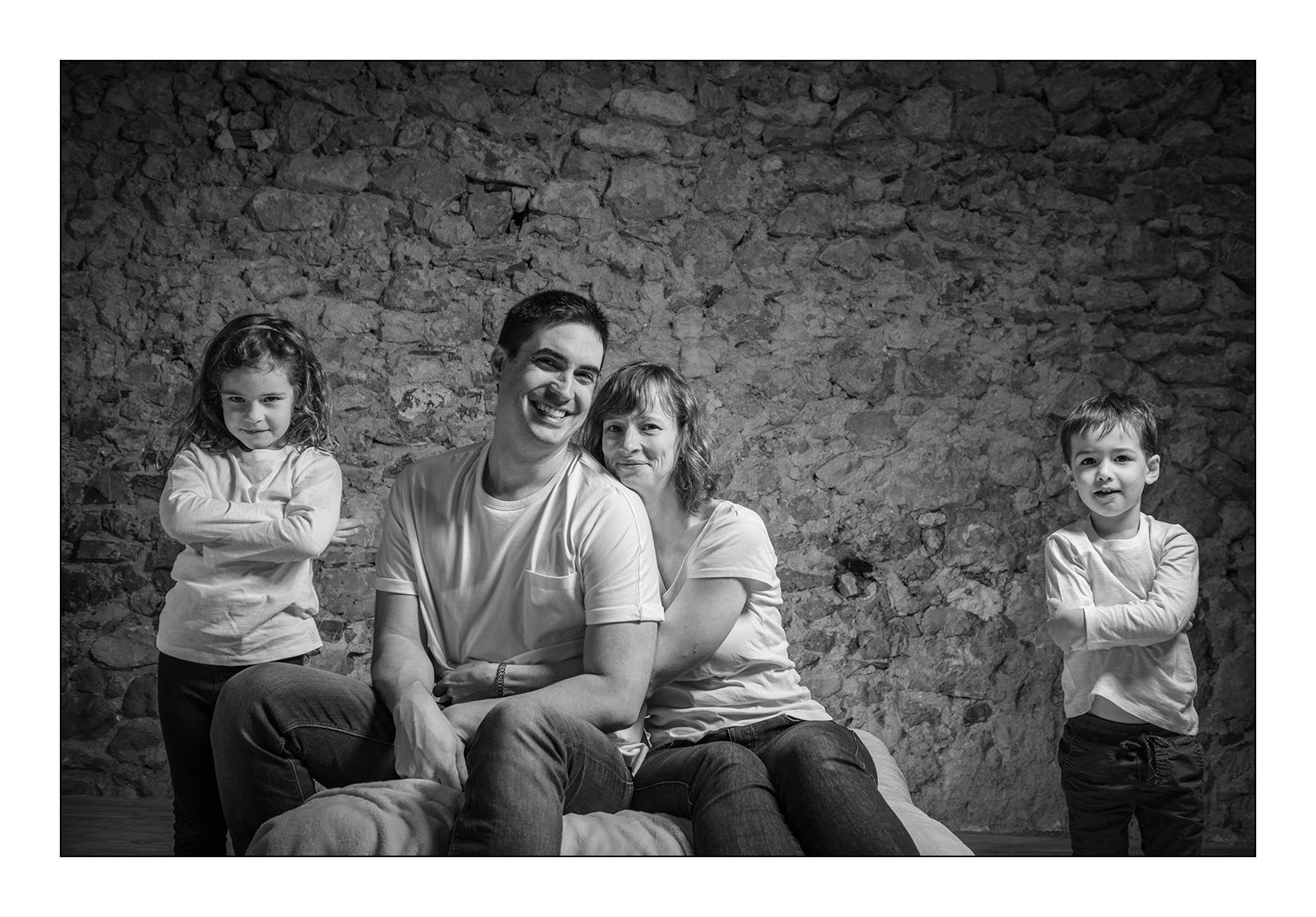 famille-studio-tribu-seance-noir-blanc-couple-enfants