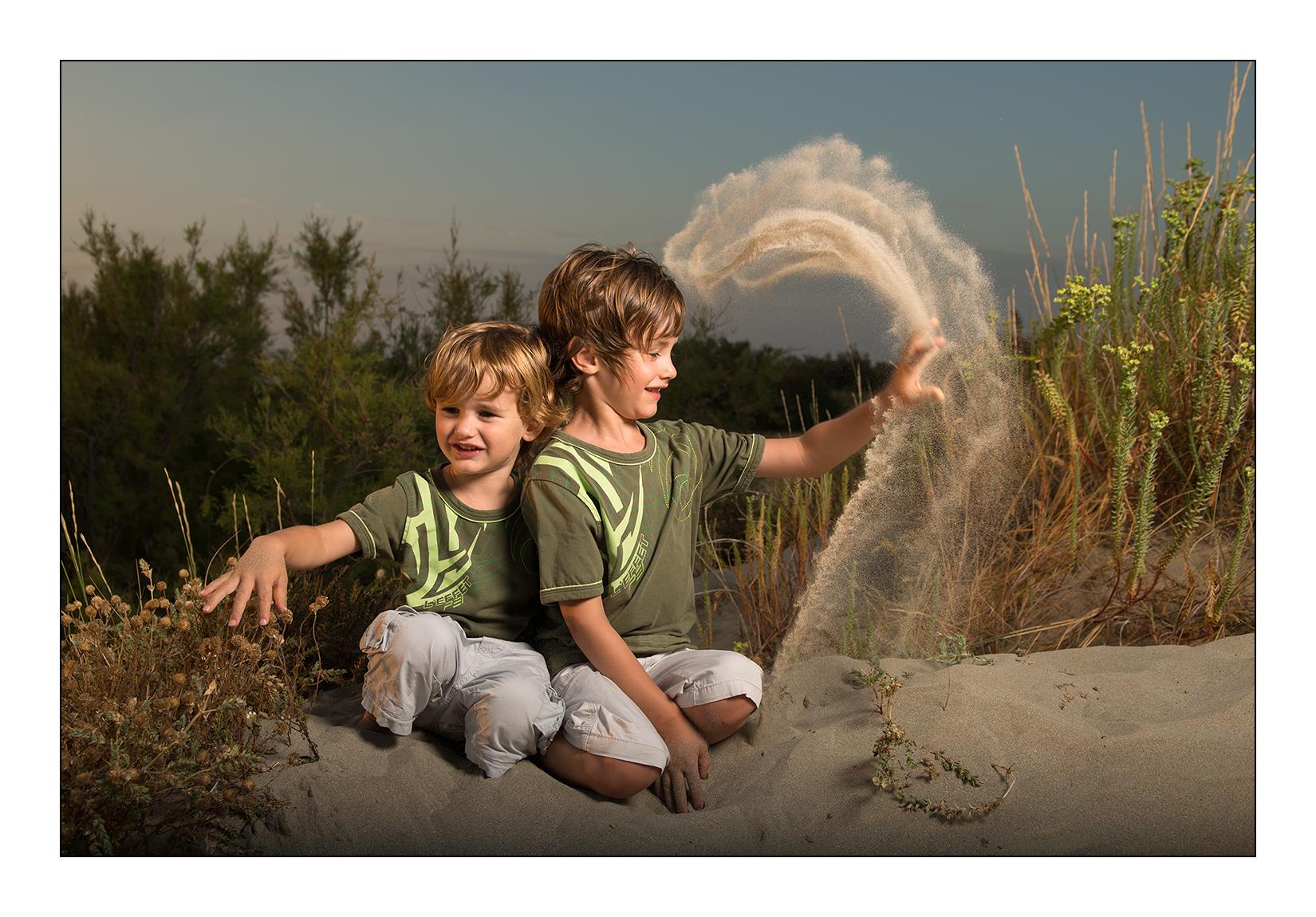 deux frères s'amusent dans les dunes sur la plage de Frontignan