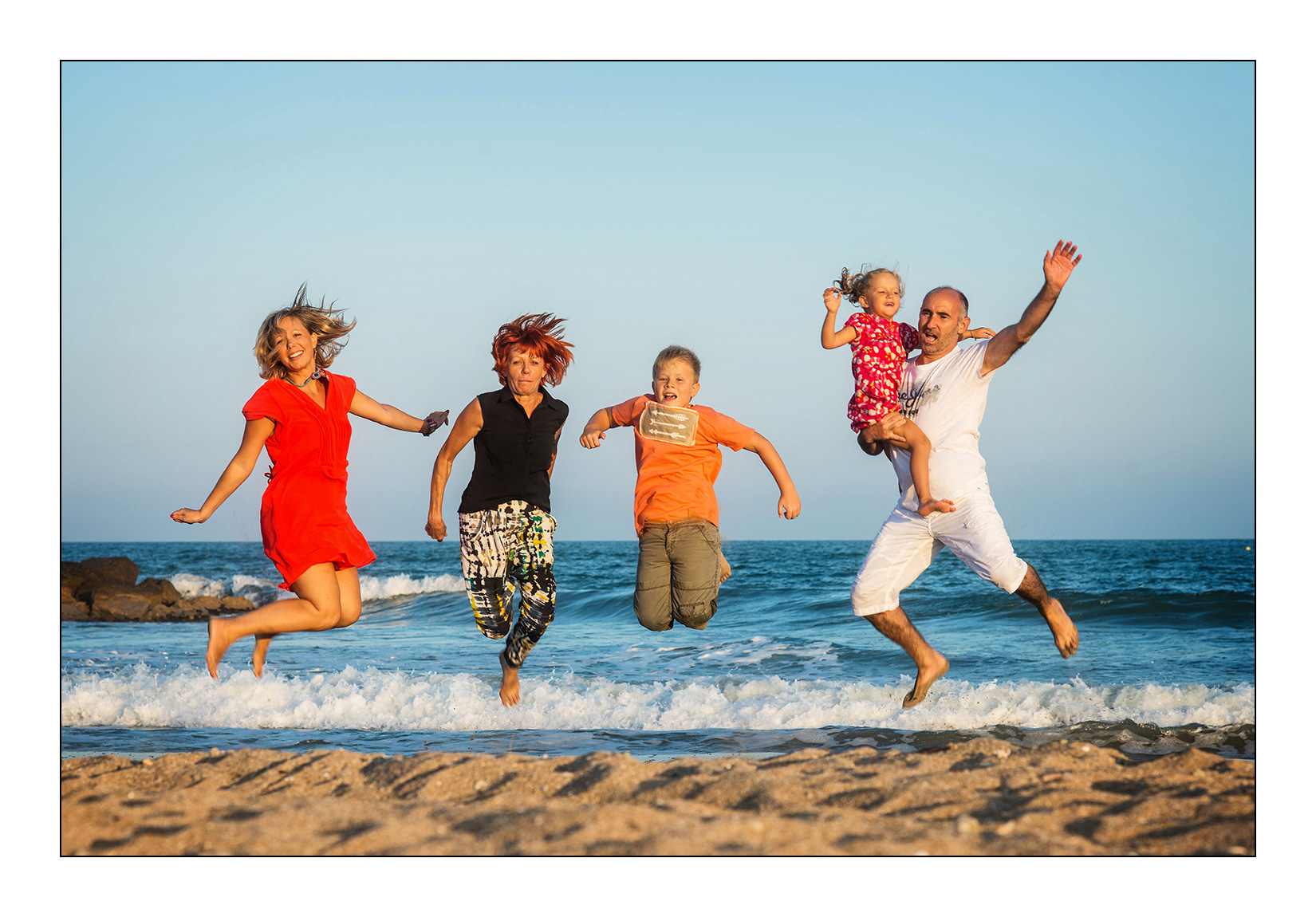 jump-photo-plage-mer-sable-famille-tribu-seance-montpellier