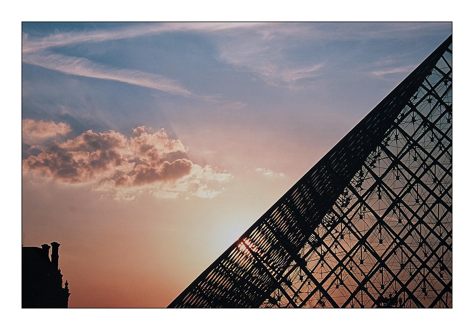louvre-pyramide-paris-soleil-reflet