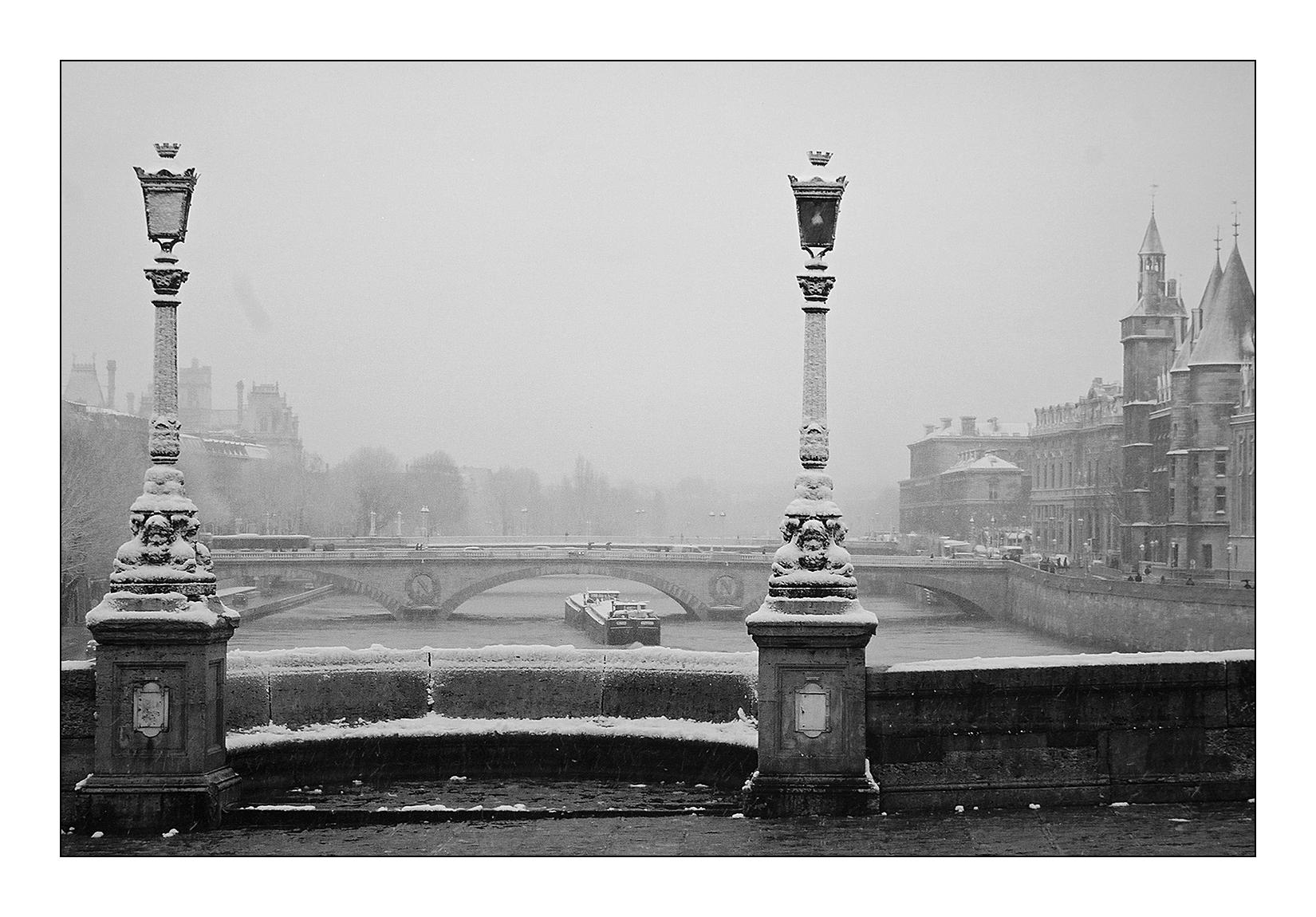 paris-neige-pont-neuf-hiver-peniche