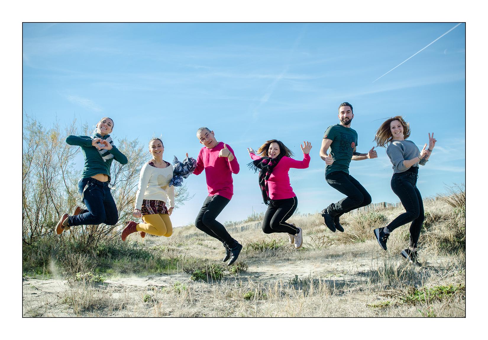 Seance photo-jump sur la plage des Aresuqiers avec une grande famille