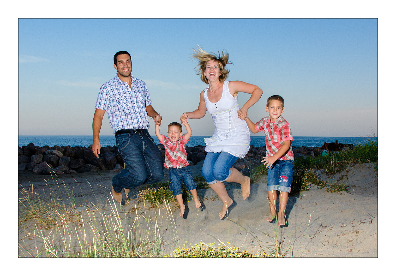 photo-jump-plage-famille-frere-couple-saut-fun