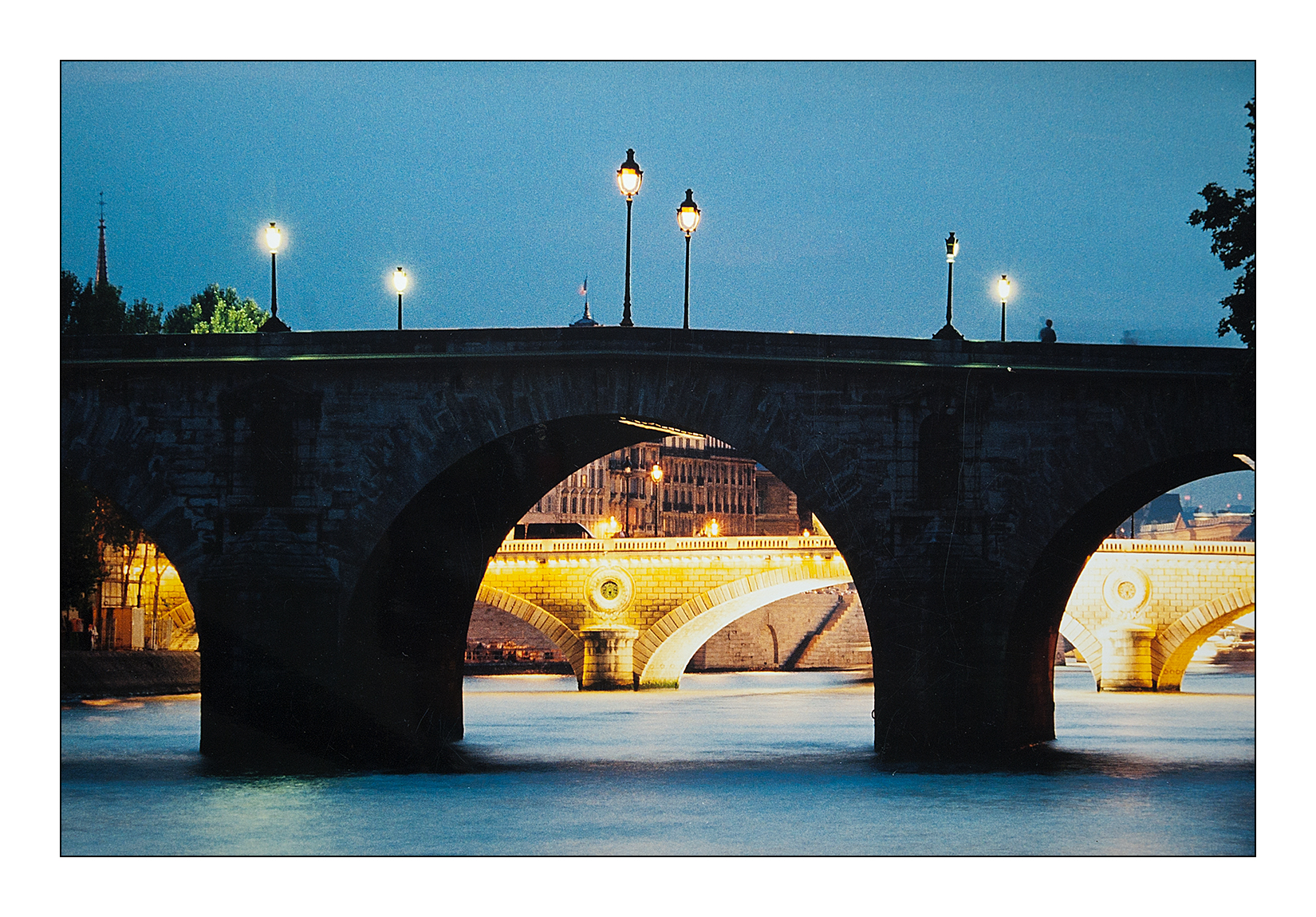 pont-paris-nuit-seine-ile-cite-drapeau-france