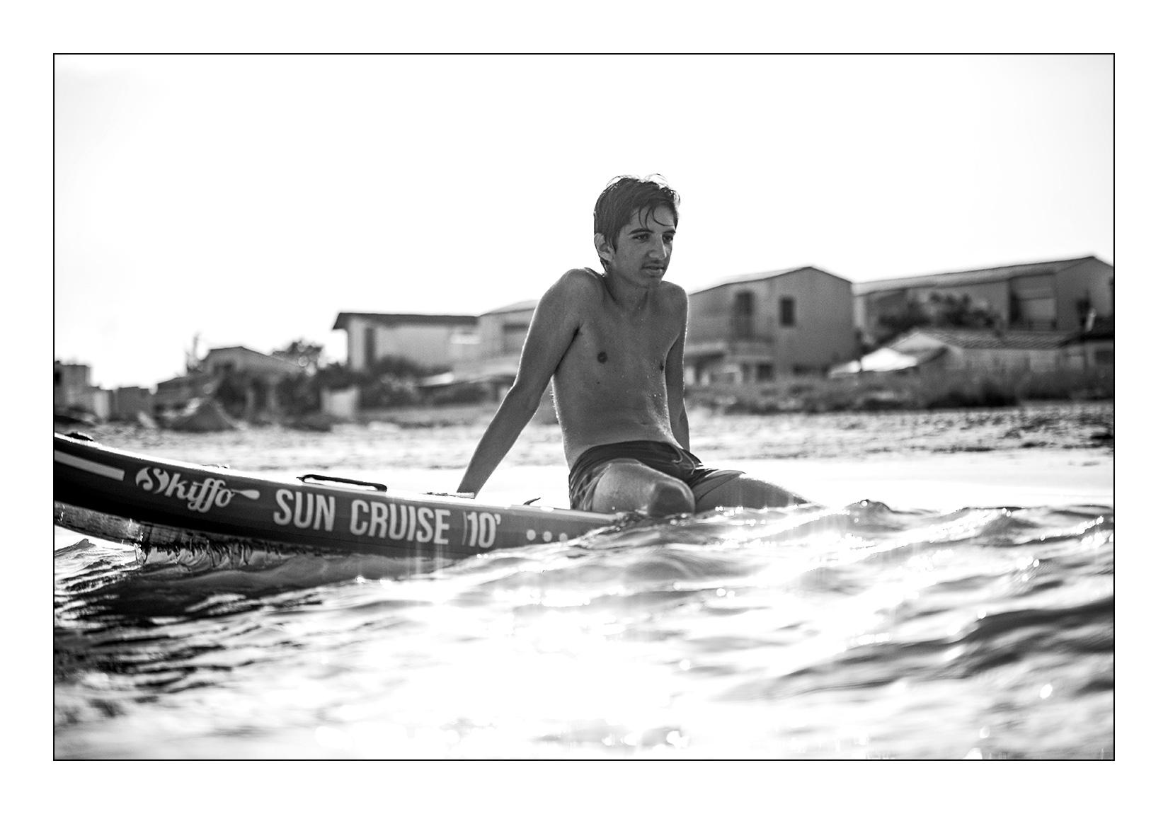 portrait-garcon-ado-plage-paddle-noir-blanc-cool-mer-sourire