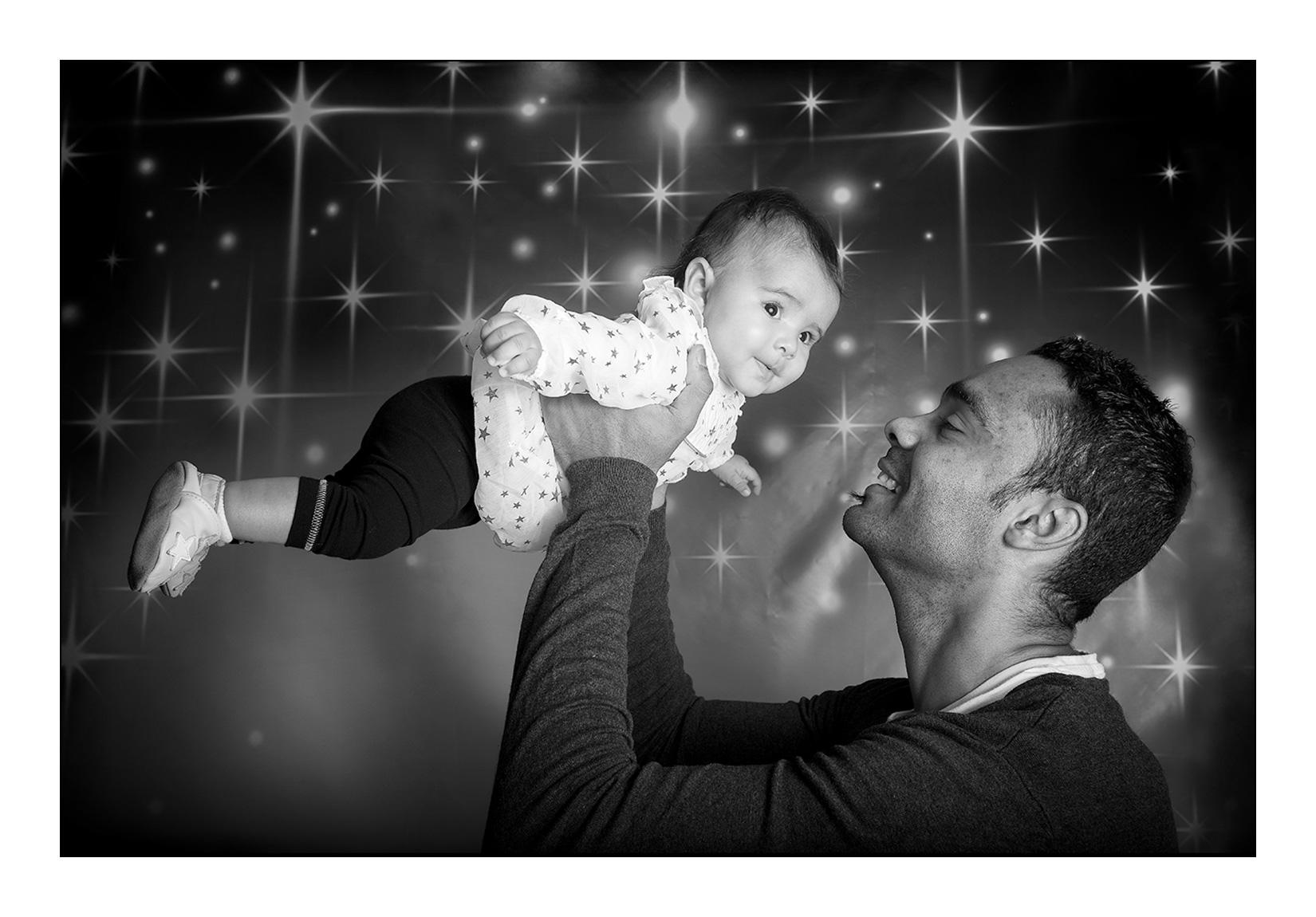 studio-photo-papa-homme-pere-amour-enfant-noir-blanc